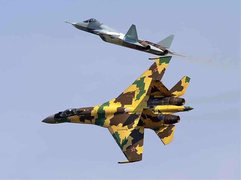 Российские Су-35 (внизу) и ПАК ФА, истребитель 5-го поколения в полёте